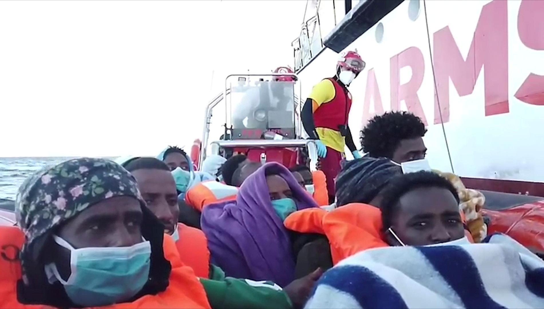 قوارب مهاجرين قبالة سواحل إيطاليا