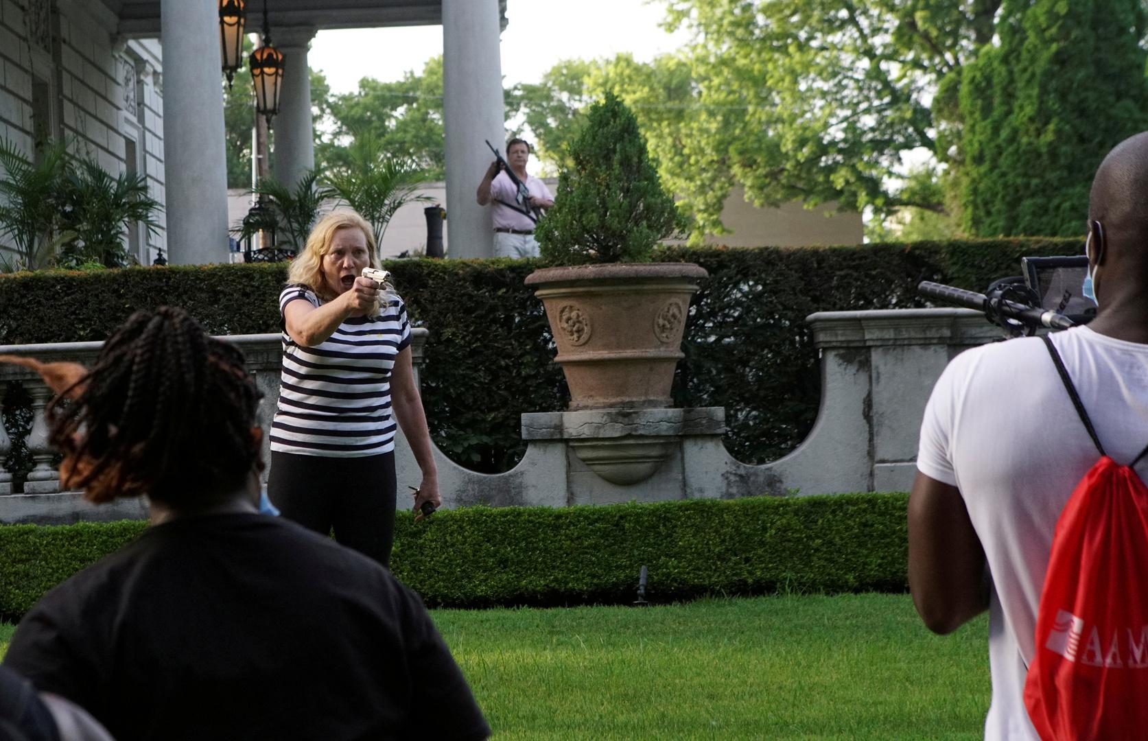 زوجا سانت لويس اللذان هددا محتجي BLM بالسلاح يعترفان بالتهم الموجهة لهما