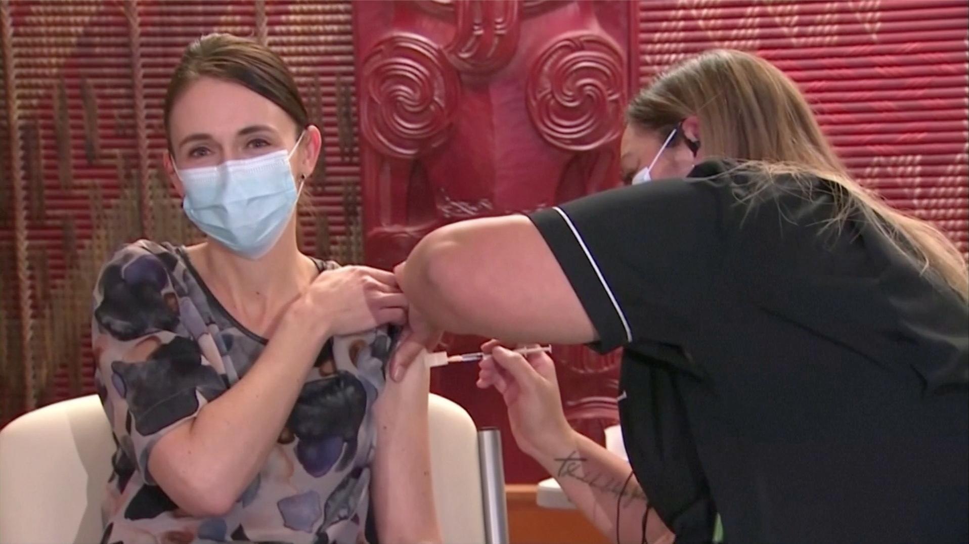 رئيسة وزراء نيوزيلندا تتلقى الجرعة الأولى من لقاح