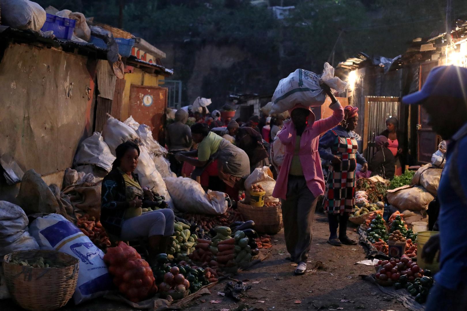 عنف العصابات يدفع سكان أحياء فقيرة في العاصمة الهايتية إلى الهرب