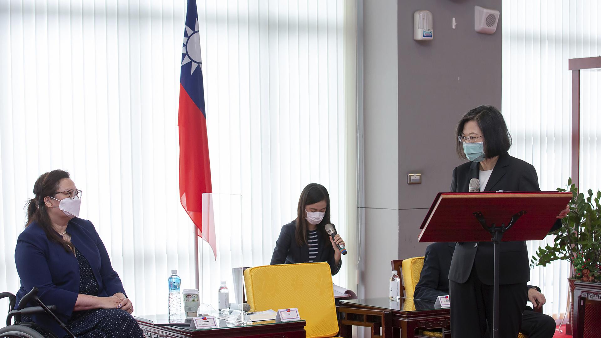 رئيسة تايوان تساي إنغ وين، إلى اليمين، بالقرب من السيناتور الأمريكي تامي داكويرث