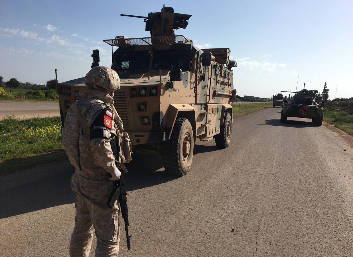 بالفيديو.. الجيش الروسي يجبر دورية أمريكية شمالي سوريا على التراجع