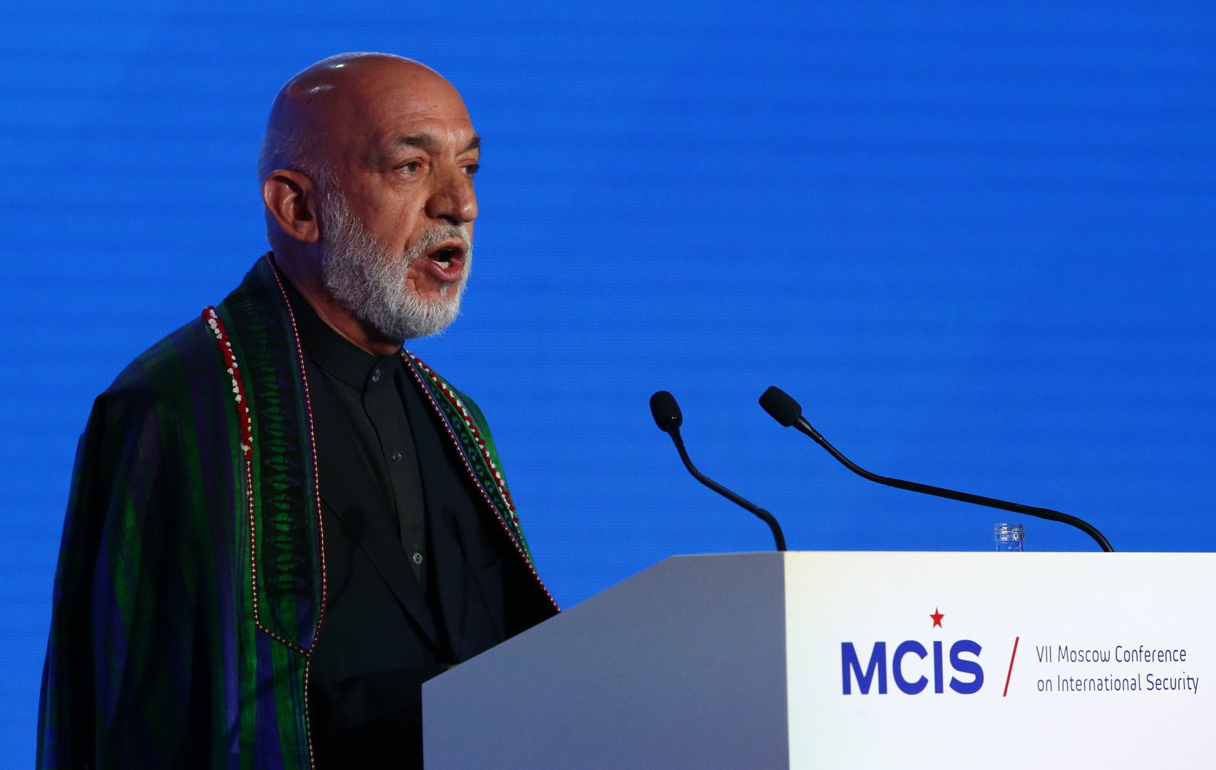 الرئيس الأفغاني السابق: الأمريكيون يتركوننا في عار وكارثة لكن الأفضل أن يرحلوا