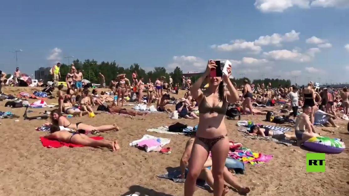بالفيديو.. شواطئ بطرسبورغ تعج بالمصطافين وسط ارتفاع قياسي بدرجات الحرارة