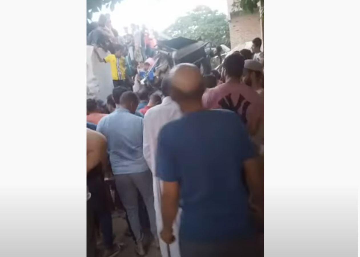 أولى اللقطات من موقع تصادم قطار بحافلة نقل عمال في محافظة القاهرة