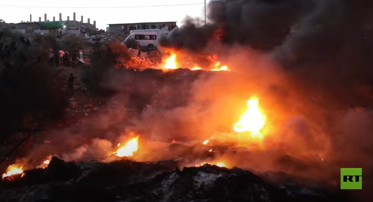 متظاهرون يضرمون النار في إطارات السيارات في الضفة الغربية