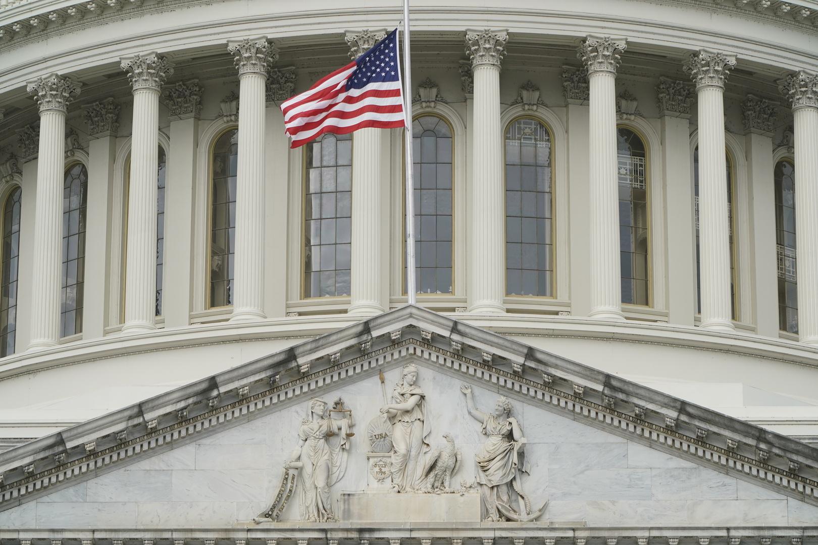 علم الولايات المتحدة الأمريكية على مبنى الكونغرس