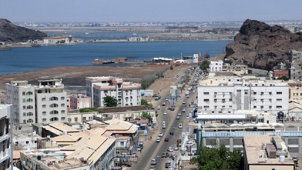 احتراق مركبات عسكرية ومدنية وأنباء عن سقوط قتلى في اشتباكات مسلحة بين قوتين عسكريتين في عدن