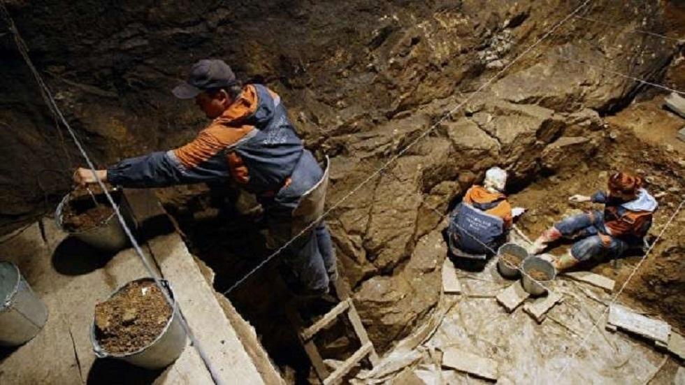 العلماء يحددون من هم أول سكان كهف دينيسوف