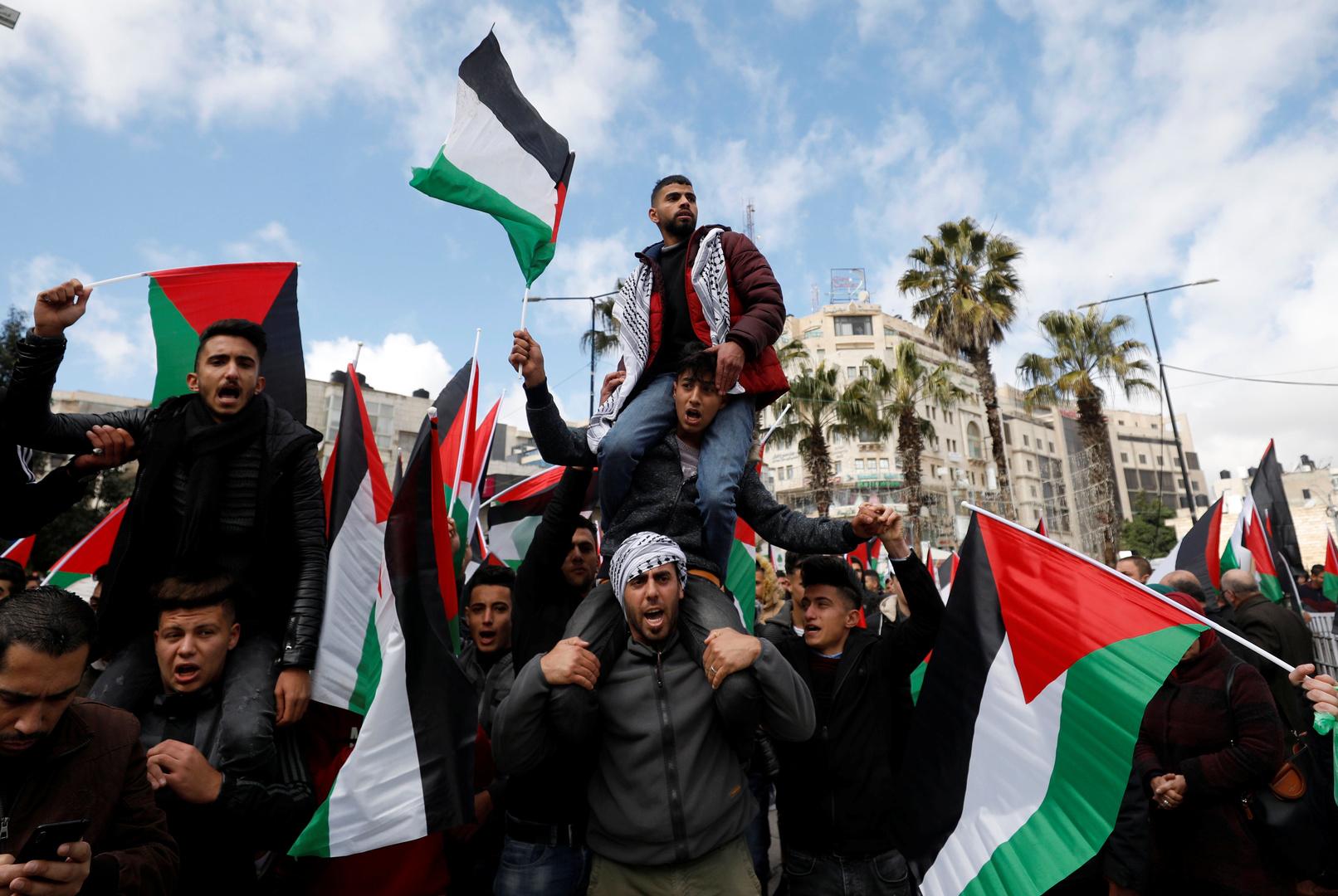 مراسلتنا: اشتباكات بين الشرطة الفلسطينية والمحتجين على خلفية مقتل الناشط نزار بنات