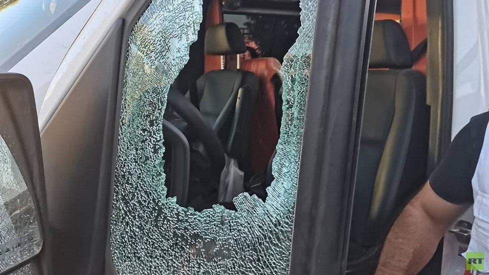 إصابة مسعف فلسطيني إثر استهداف الجيش الإسرائيلي سيارات الهلال الأحمر في نابلس (فيديو)