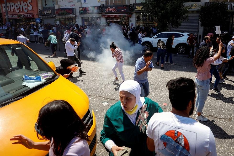مراسلتنا: الشرطة الفلسطينية تستخدم القوة لتفريق المتظاهرين المنددين بمقتل الناشط نزار بنات