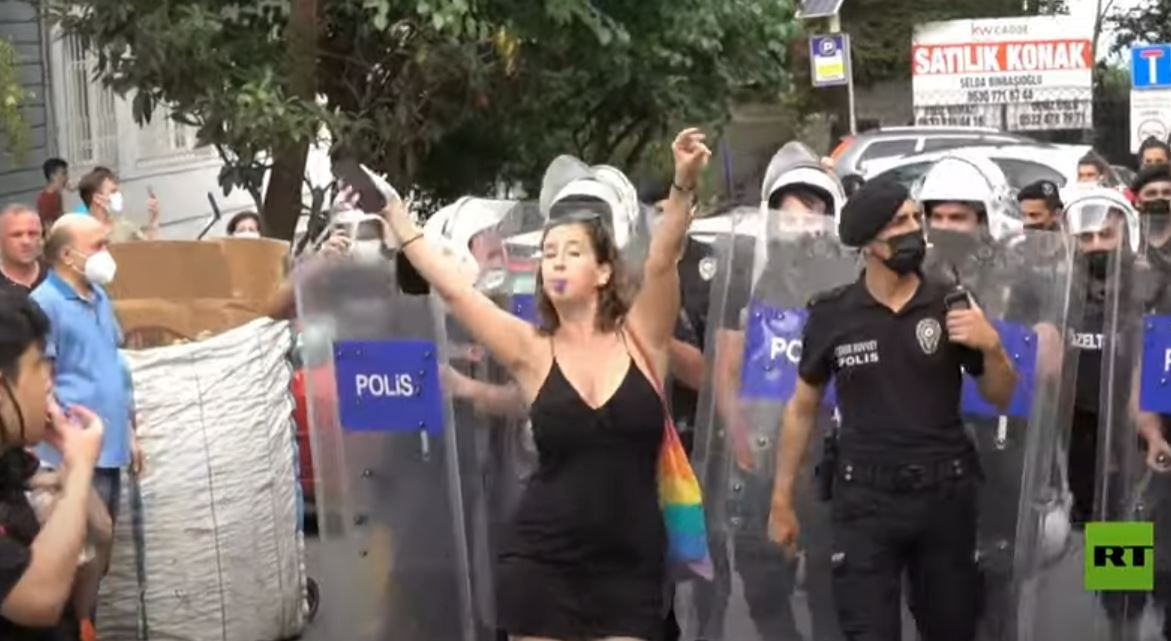 الشرطة التركية تفرق مسيرة للمثليين في إسطنبول