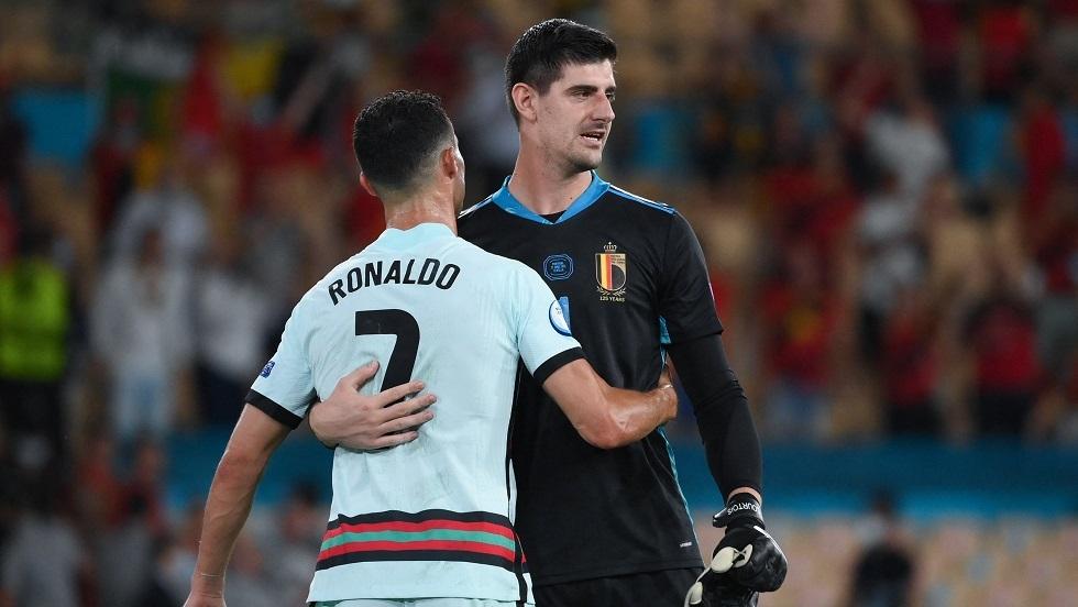 شاهد.. حارس مرمى بلجيكا وريال مدريد يحرج رونالدو والأخير يرد