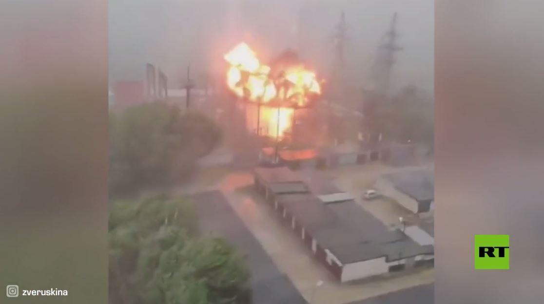 لحظة انفجار محطة كهرباء شمال شرق موسكو جراء ضرب صاعقة
