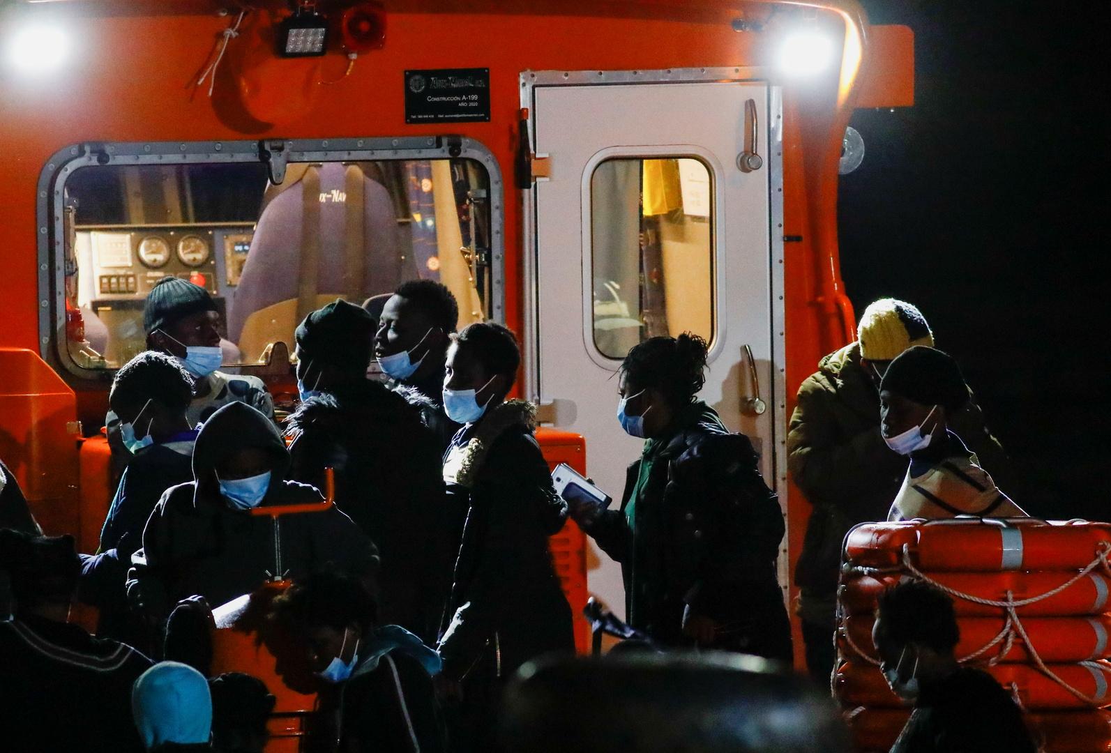 نشطاء: مصرع 40 مهاجرا إفريقيا جراء غرق سفينة كانت تقلهم إلى جزر الكناري