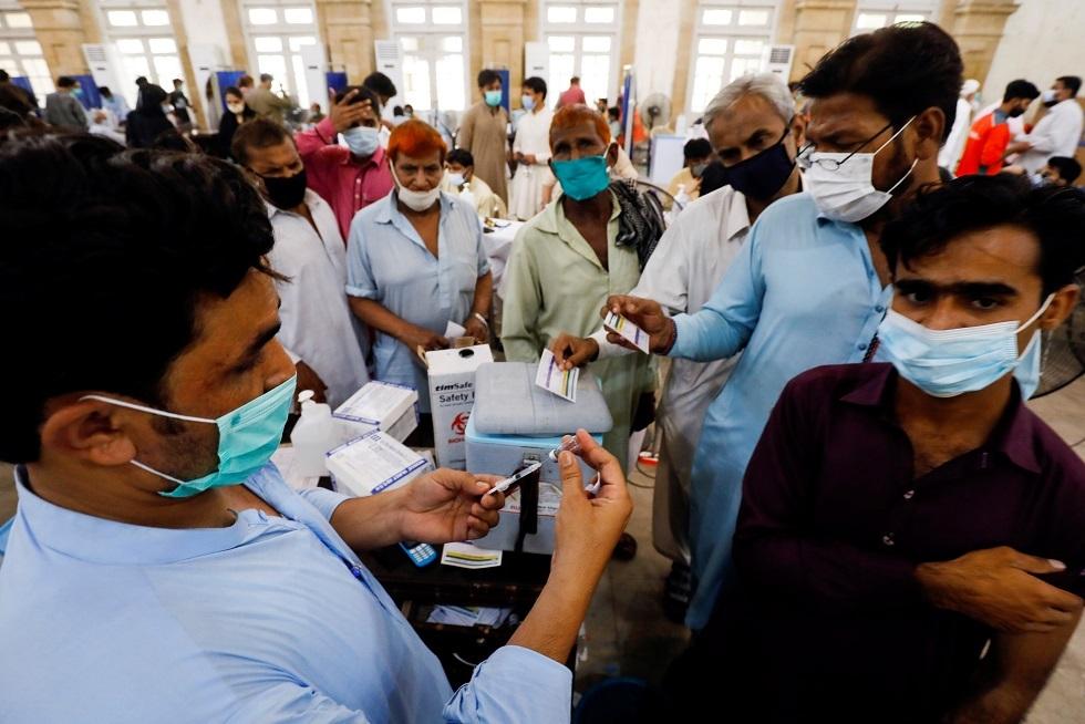 مئات الباكستانيين يقتحمون مركزا طبيا طلبا للتطعيم ضد كورونا