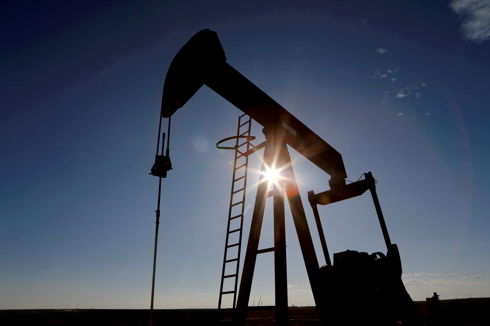 عقود النفط تسجل المزيد من الخسائر مع هبوط