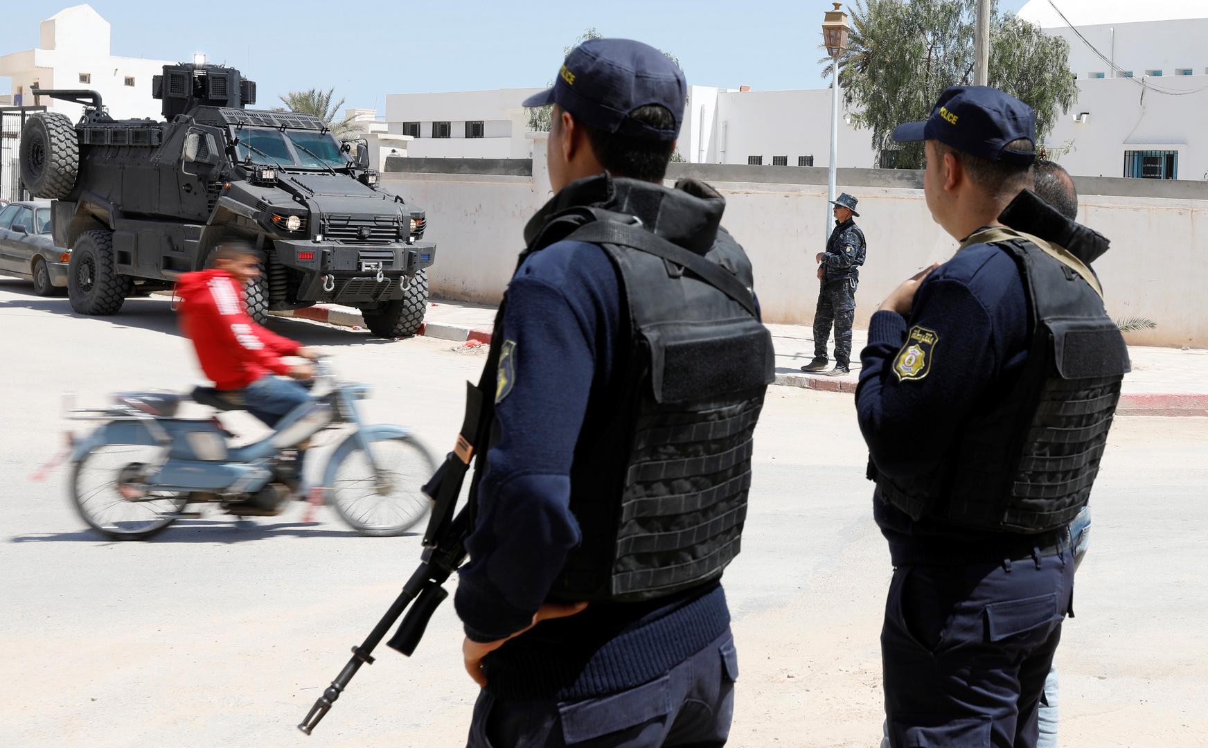 تونس.. بائع بطيخ يلقي حمولته أمام مبنى الحرس الوطني بسبب