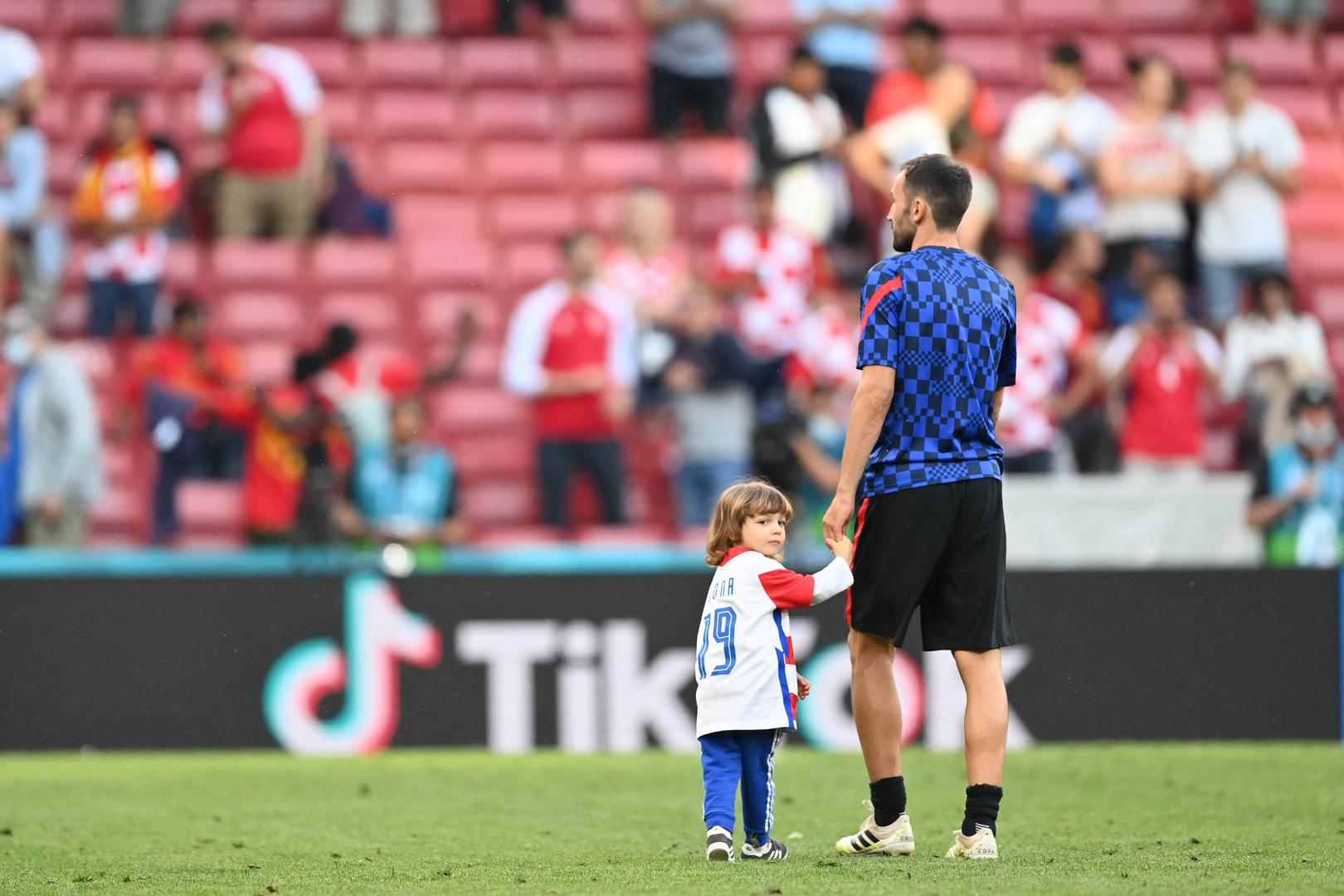لاعب يتخلى عن ملابسه في الملعب من أجل الجمهور بكأس أوروبا