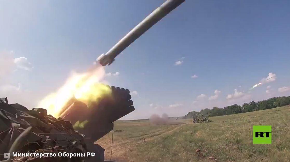 بالفيديو.. راجمات صواريخ غراد ومدافع ذاتية الحركة تستهدف مواقع  معادية