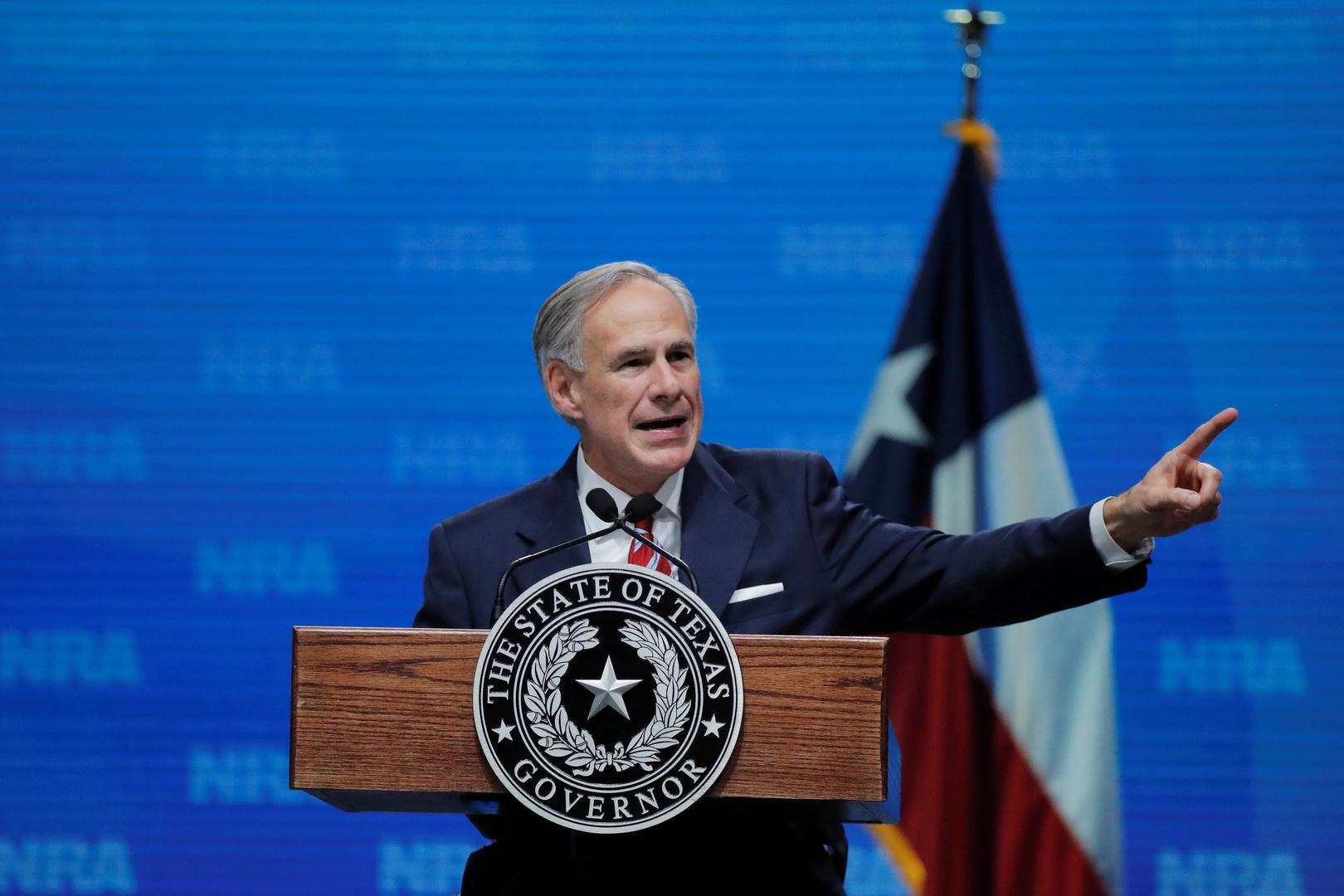 حاكم ولاية تكساس يجري جولة على الحدود مع المكسيك مصطحبا ترامب