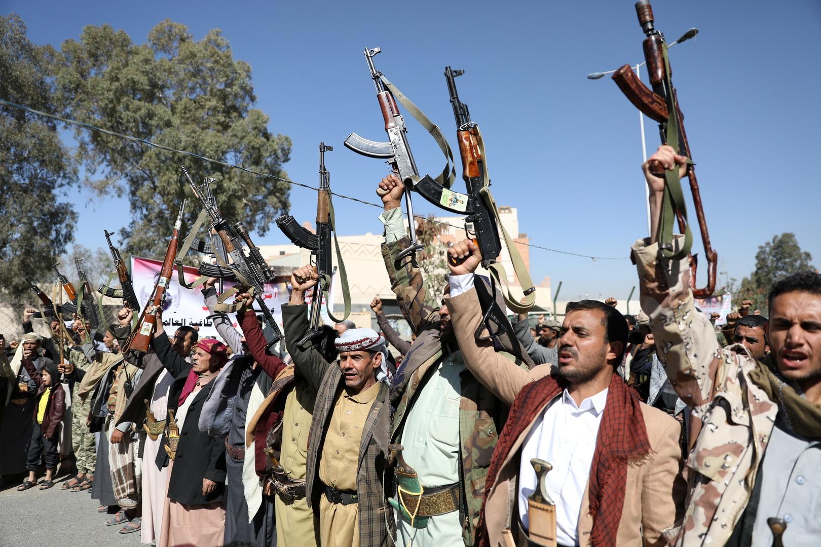 الحوثيون يعلنون مقتل العشرات من ضباط وجنود التحالف العربي في اليمن بعد استهدافهم معسكر صحن الجن