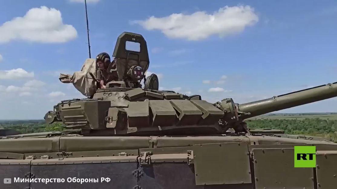 شاهد.. حلم شابين يتحقق داخل دبابة تابعة للجيش الروسي