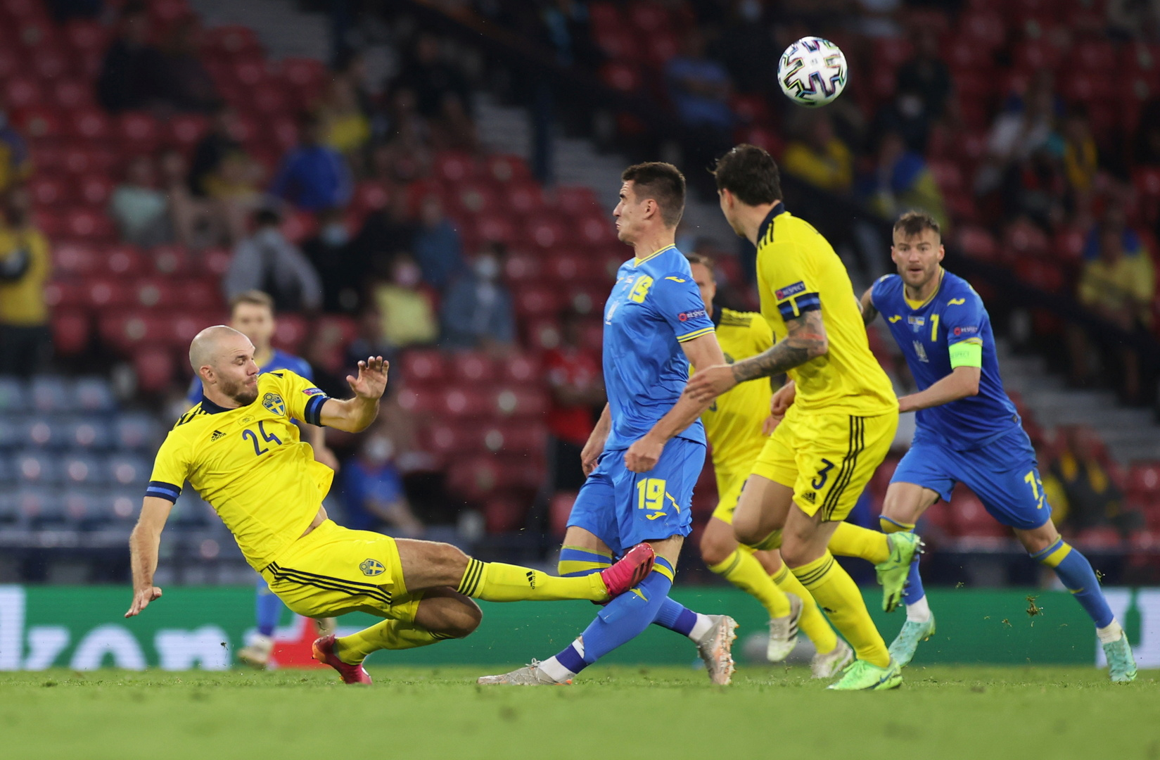 مهاجم أوكرانيا يودع بطولة أوروبا بعد الالتحام العنيف في مواجهة السويد