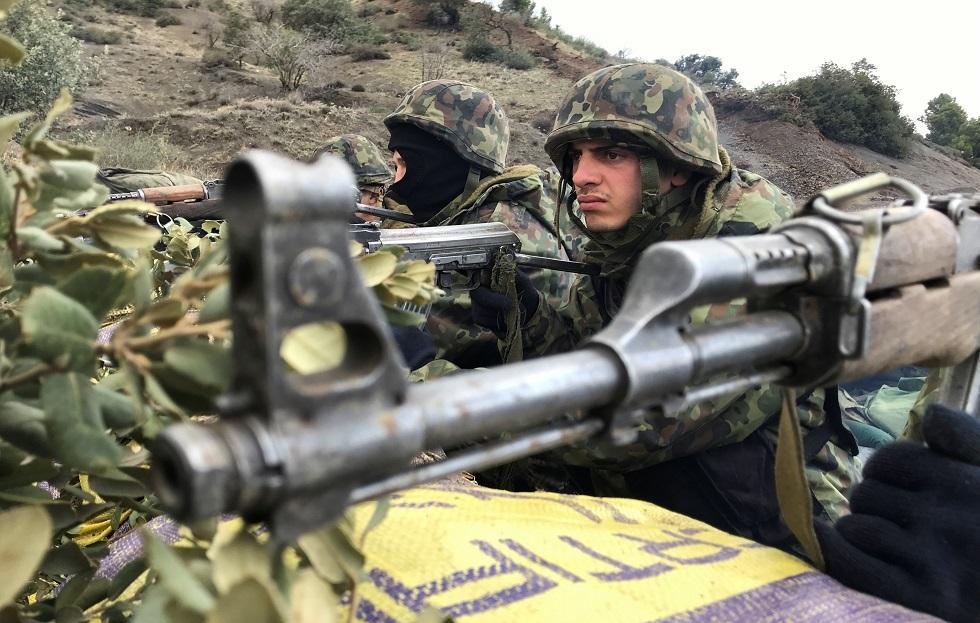 الجيش الجزائري يجري مناورات بالذخيرة الحية قرب الحدود الليبية (فيديو)