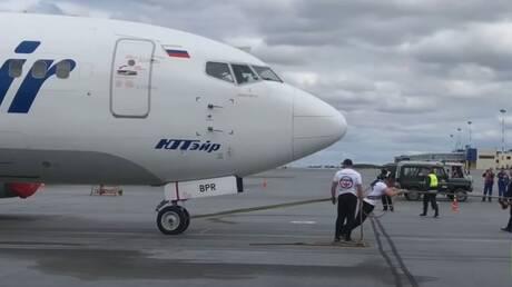 شاهد.. روسي يسحب طائرة بوينغ تزن 40 طنا