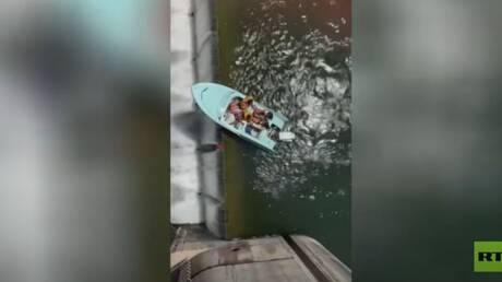 شاهد.. قاربهم يقترب من حافة السد بشكل خطير