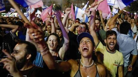 آلاف الإسرائيليين يحتفلون في تل أبيب والقدس بعد الإطاحة ببنيامين نتانياهو