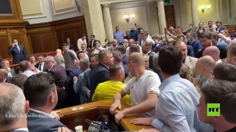بالفيديو.. عراك جديد في البرلمان الأوكراني