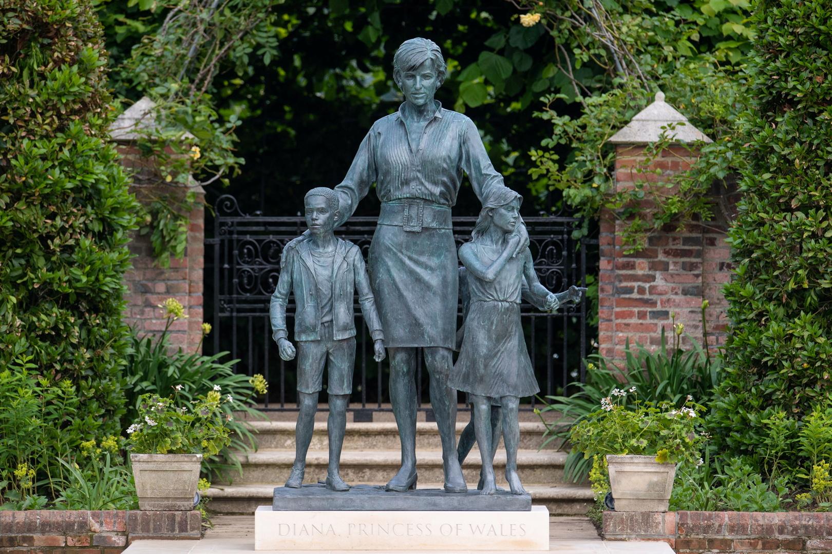 من هم الأطفال المحيطون بتمثال الأميرة ديانا؟