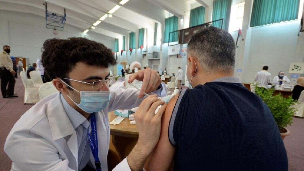 أردني يقاضي وزارة الصحة على حقنه بجرعتي كورونا مختلفتين