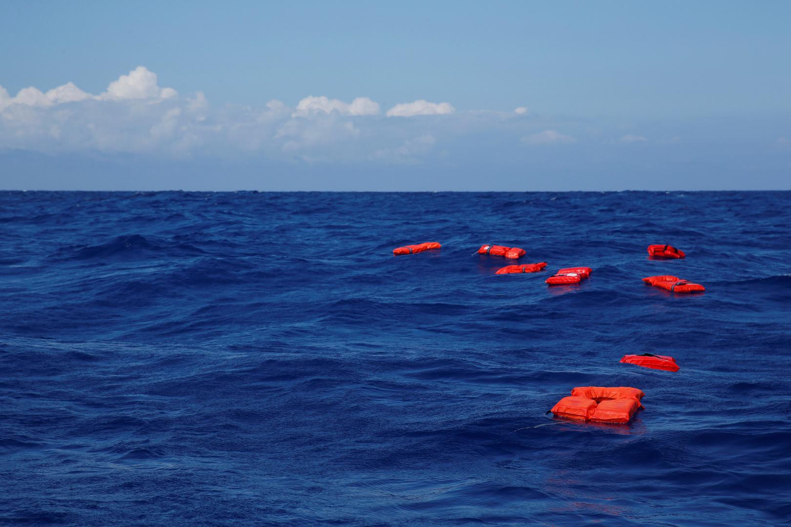 خفر السواحل التركي ينقذ 14 مهاجرا تعطل قاربهم