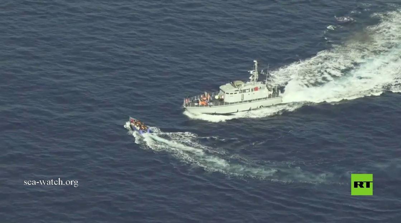 بالفيديو.. خفر السواحل الليبية يطارد زورق المهاجرين ويطلق النار عليه