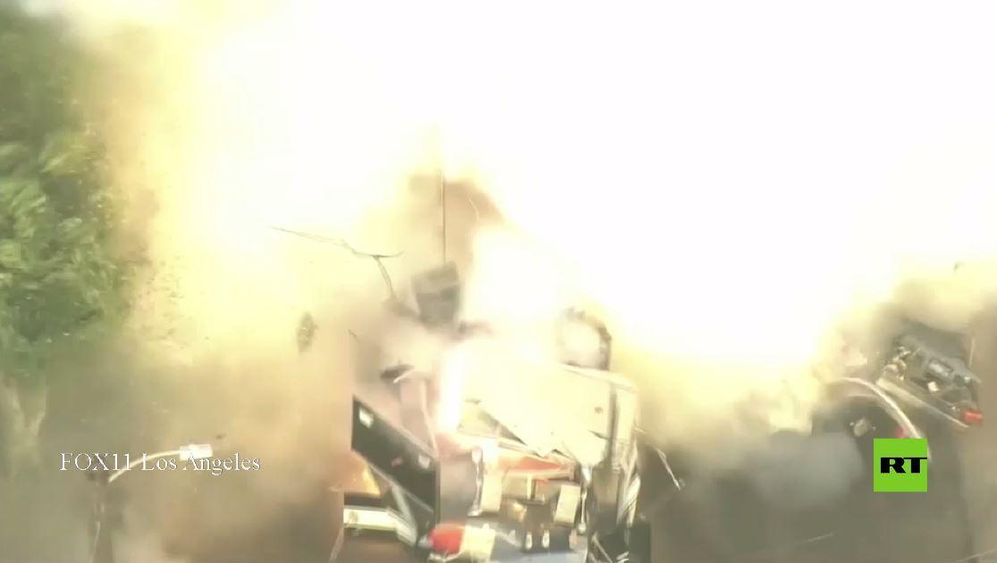 لحظة انفجار مفاجئ لذخائر أعدت لإبطالها  في لوس أنجلوس