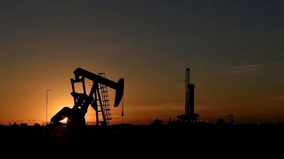 النفط يهبط بعد تمديد