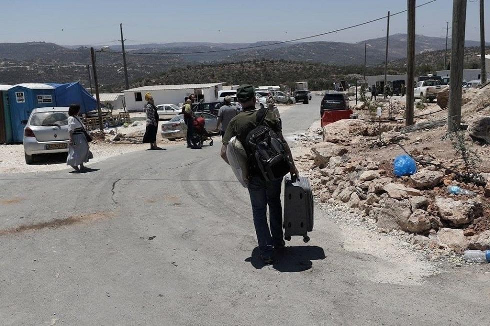 بموجب اتفاق مع الحكومة الإسرائيلية المستوطنون يرحلون عن بؤرتهم في جبل صبيح (صور)
