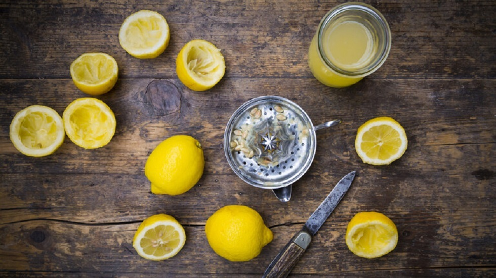 مراهقون يستخدمون عصير الليمون لتزييف اختبارات كورونا للتغيب عن المدرسة