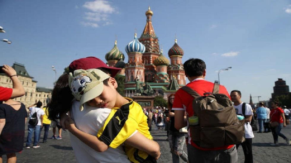 سواح في الساحة الحمراء وسط موسكو - أرشيف