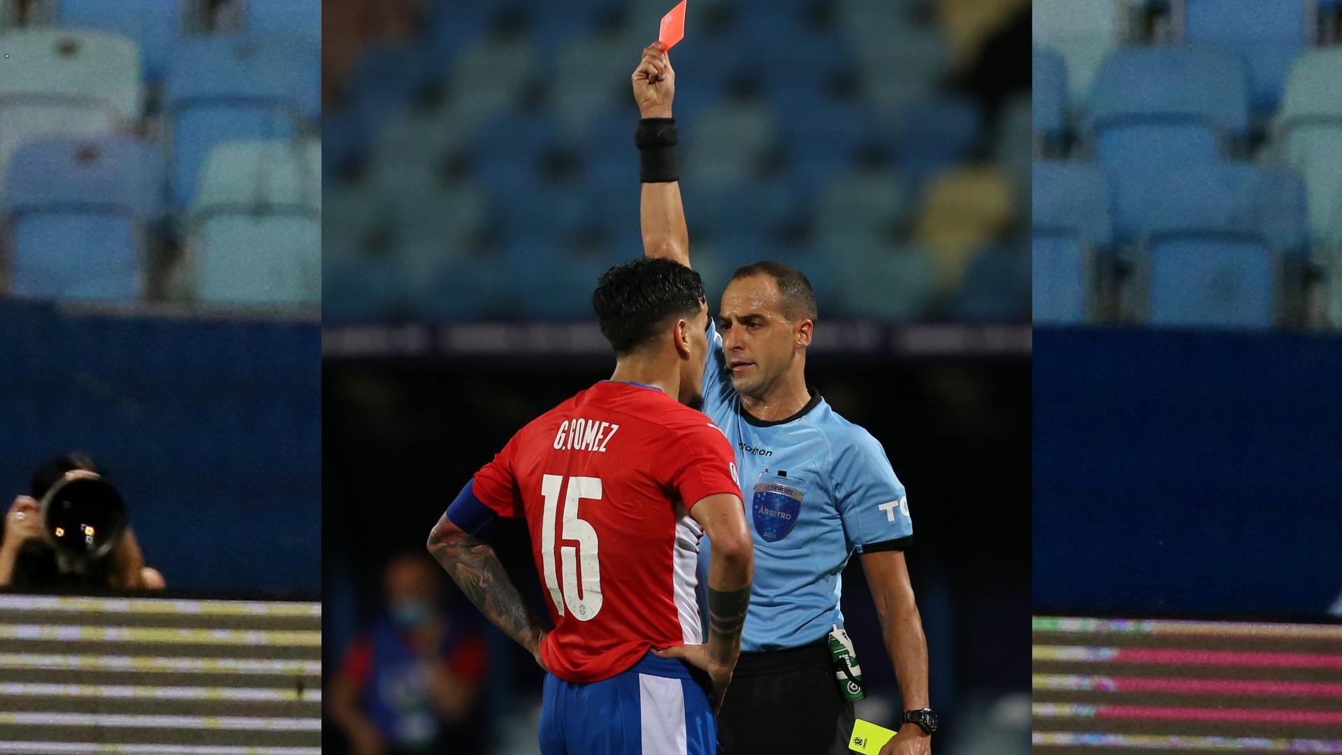 بالفيديو.. لاعب يتهجم على الحكم بعد قرار مثير للجدل في كوبا أمريكا