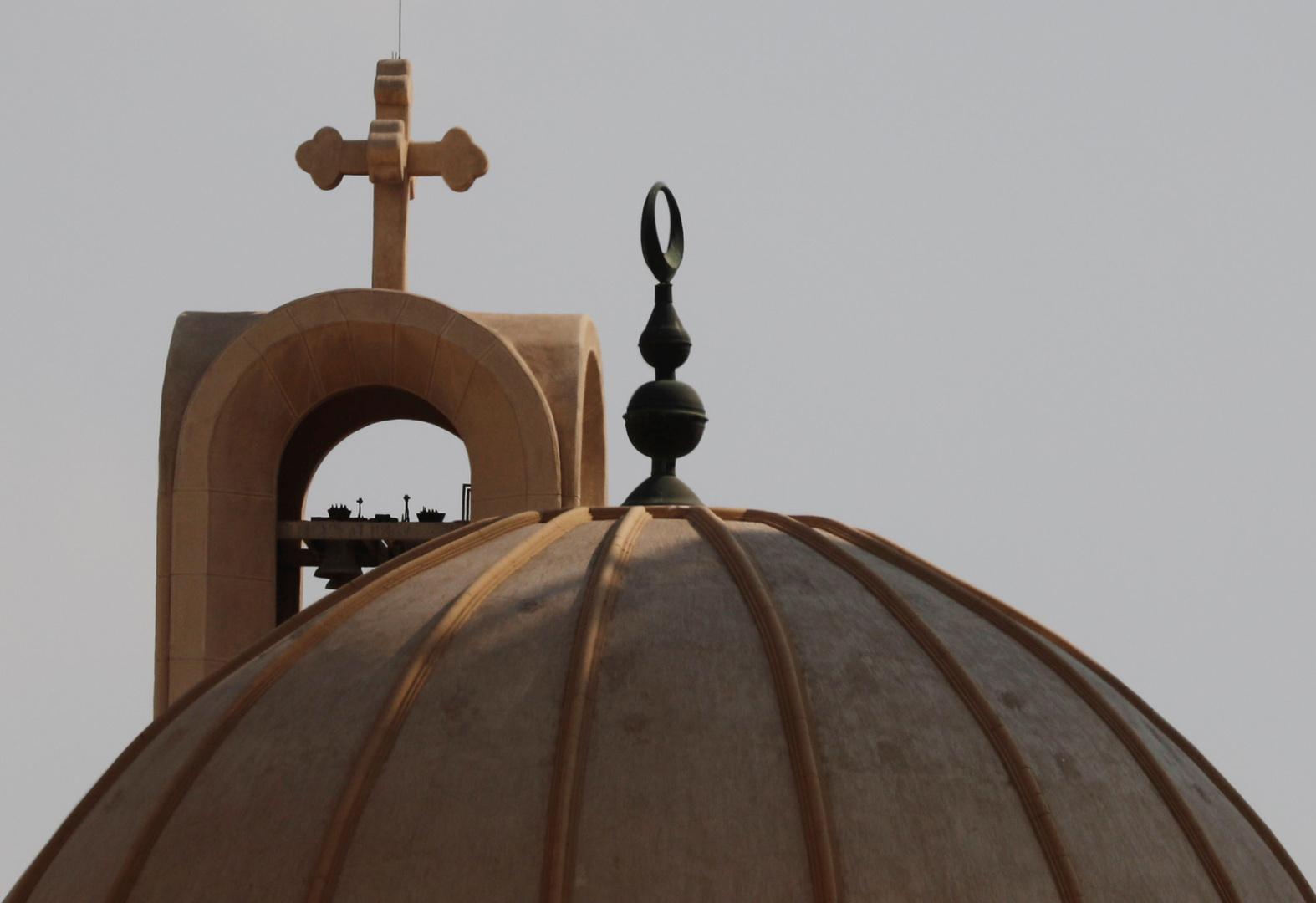 مئذنة مسجد وصليب فوق كنيسة في مصر