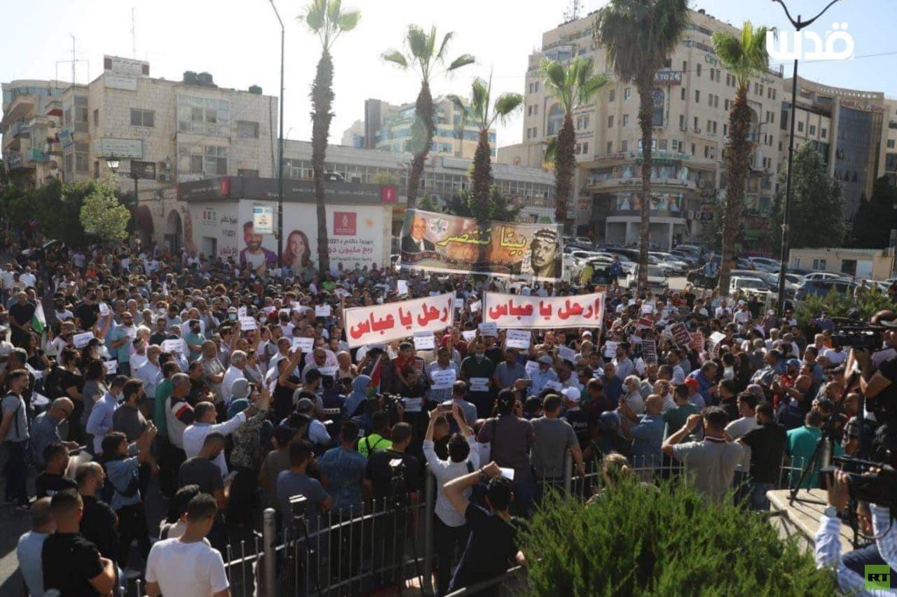 بالفيديو.. متظاهرون في رام الله ينددون بمقتل بنات ويطالبون برحيل عباس
