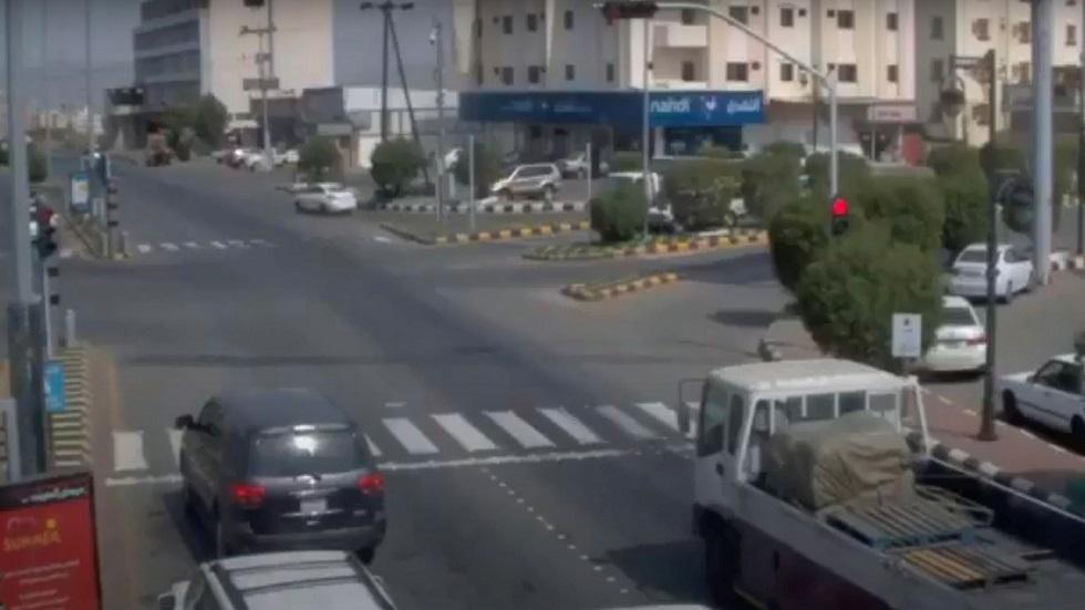 مقتل شخصين.. كاميرا مراقبة توثق حادث مرور مروعا في السعودية (فيديو)