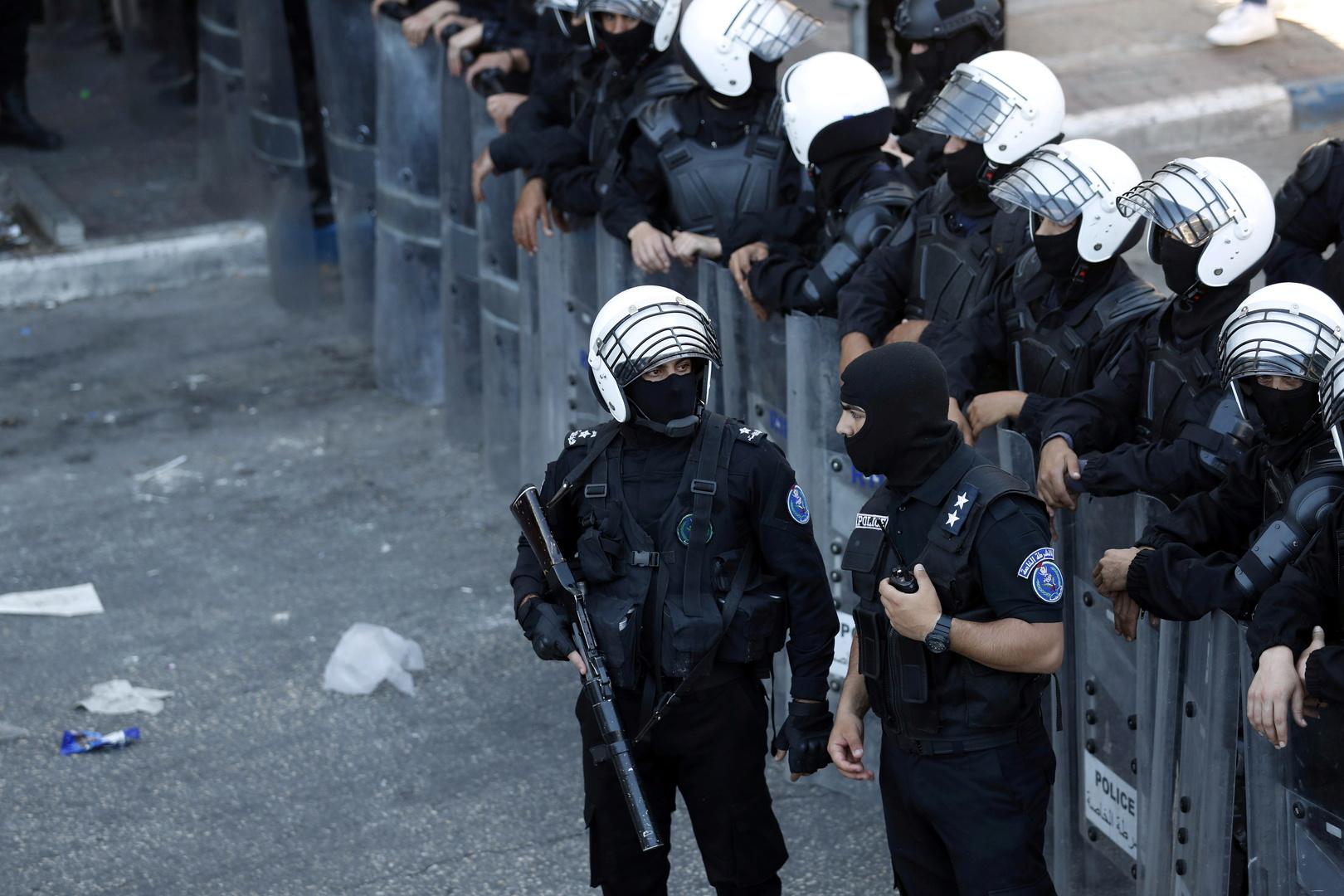 الشرطة الفلسطينية توقف عدة مواطنين في رام الله و