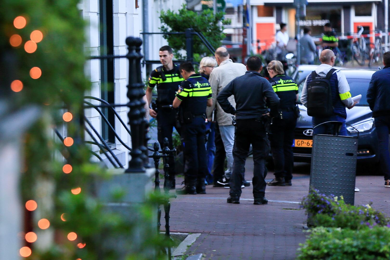 صحيفة: إصابة صحفي هولندي متخصص بتقصي الجرائم جراء إطلاق نار في أمستردام