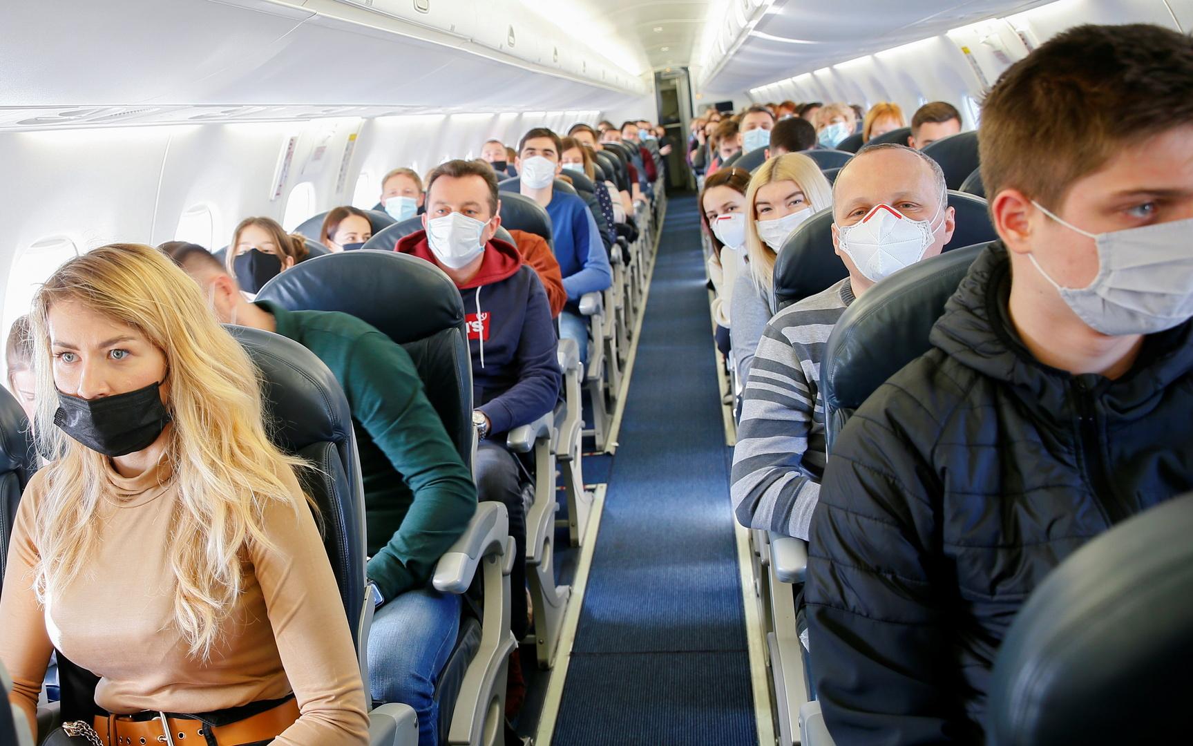 وكالة الطيران الأمريكية تغرم راكبا 10 آلاف دولار لرفض ارتداء الكمامة